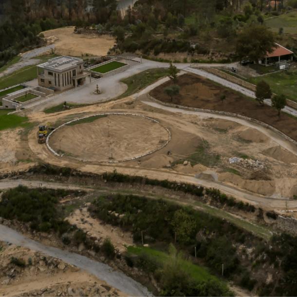 Criação de jardins, plataforma para eventos e lago